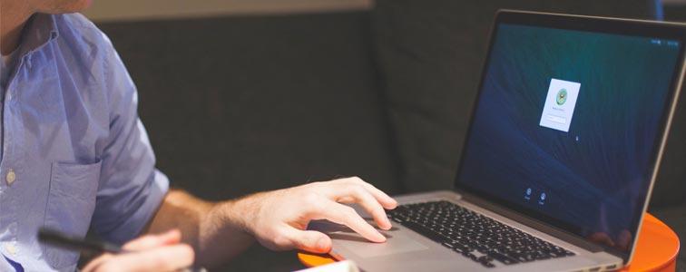 Человек работает в ноутбуке