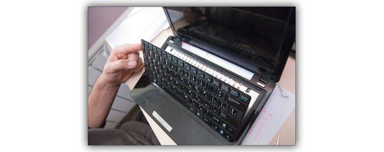Снятие клавиатуры с ноутбука