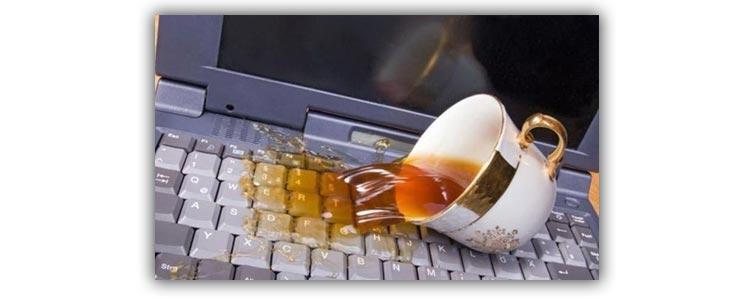 Пролитая жидкость на клавиатуре ноутбука